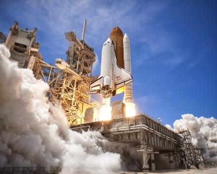 确实,很多人在观看航天飞机发射时,最壮观的场面,恐怕莫过于两台助推