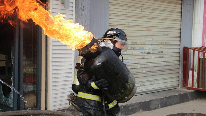 """煤气阀门_点赞""""抱火哥"""",着火的煤气罐会不会爆炸?_百度知道"""