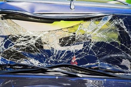 破损变形的汽车挡风玻璃