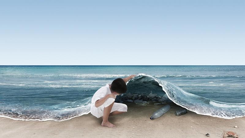 我们赖以生存的海洋,已经因为人类无止境的索取和破坏,变得遍体鳞伤。该如何守住这一片蔚蓝?其实,我们做些力所能及的小事,都会悄然改变海洋、改变世界。 1、惜食海鲜,拒食鱼翅和其他濒危海洋动物,不购买海豹皮等海洋生物制品 惜食海鲜,并在吃海鲜时进行选择,尽量吃食物链更底层的鱼类,例如购买养殖的罗非鱼而非鲑鱼,因为罗非鱼主要是食草的,在养殖过程中消耗更少的鱼肉;避免食用那些捕捞过程会严重影响海洋生态环境的鱼类,比如人们对金狮鱼多以拖网捕捞的方式,这会破坏深海珊瑚;避免食用那些所剩稀少的鱼类,如大西洋蓝鳍金枪鱼;