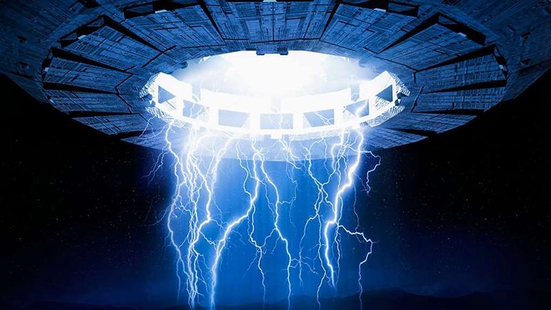 美国政府仍有5%的UFO(不明飞行物)目击事件未给出合理解释。现在,外星人猎人组织天空现象研究组织挖掘整理出史上一些最引人注目的UFO照片并对外公布,希望普通公众能够灵光一闪,帮助解答过去几十年出现的奇异发光体、神秘球体和飞行物。 天空现象研究组织公布的照片包括1957年一名试飞员在美国加利福尼亚州的爱德华空军基地附近拍摄的照片,展示了一个尾随一架B-47喷气机的UFO。天空现象研究组织公布的另一幅照片展示了1984年在曼哈顿地平线上方出现的神秘光点。这幅照片由新泽西州的菲利普-奥勒格拍摄,当时的研究人