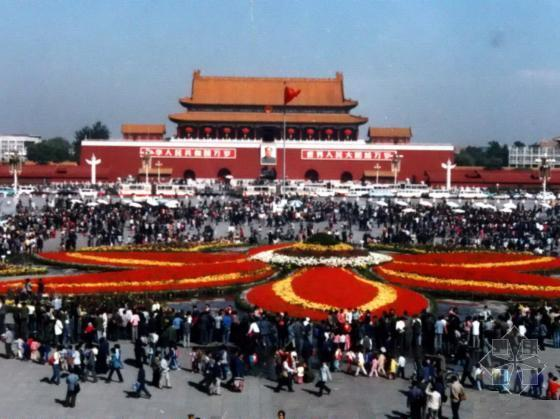 """参加国庆游行的学生队伍展示""""小平您好""""条幅,表达了全国人民对改革"""